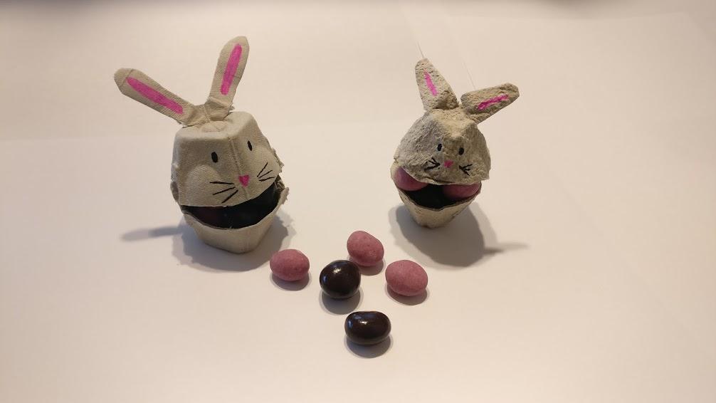A bal oldali 10-es tojástartóból, a jobb oldali nyuszi 30-as, lap tojástartóból készült.
